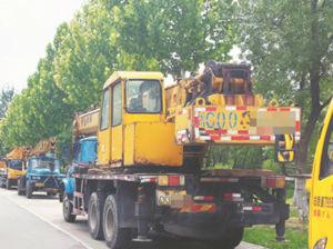 工程车占道停放 淄博交警将对涉事路段巡查