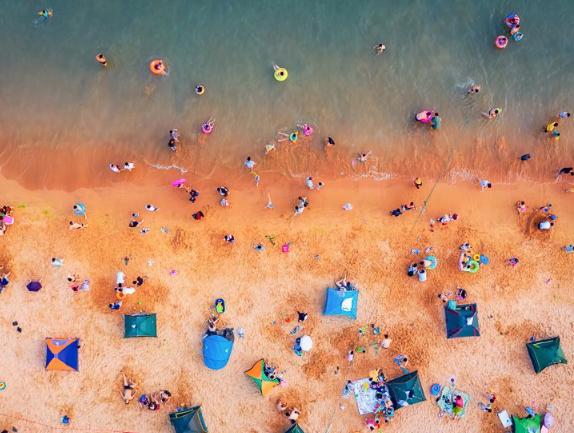航拍新视界 夏日青岛海水浴场 美丽的童话世界