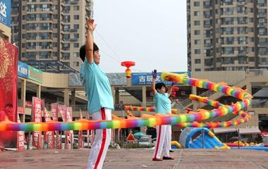 最大年龄82岁,梁山公益空竹队为居民免费表演