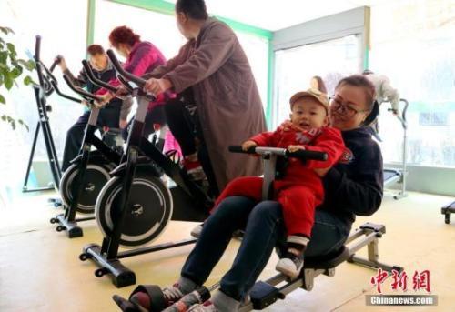不同的人群,健身的方式也有所差异。 图为西宁市市民在健身舱内锻炼。<a target='_blank' href='http://www.chinanews.com/'>中新社</a>记者 马铭言 摄