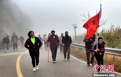图为江西民众在新年前后登高健身或徒步越野。<a target='_blank' href='http://www.chinanews.com/'>中新社</a>发 曹加祥 摄