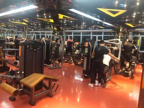 全民健身的热潮下,越来越多的人都加入了锻炼的行列。 图为健身房即景。 张一凡 摄