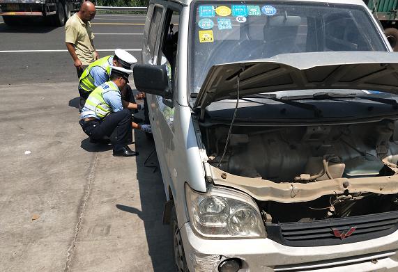 聊城高速交警太给力 热心帮助故障车辆更换轮胎