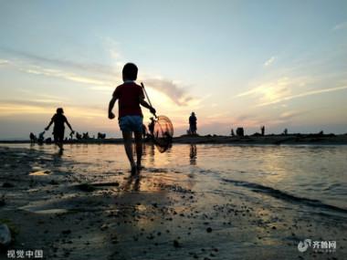 山东威海:游客海边避暑 剪影美如画
