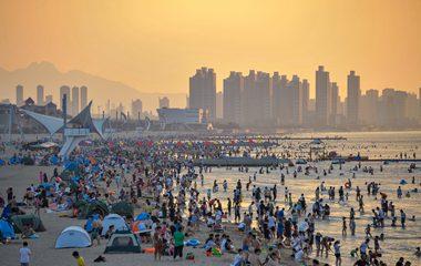 三伏天高溫持續 人流大量涌入煙臺海濱浴場