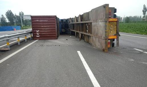 大货行至桓台一路口失控侧翻 集装箱落地阻路