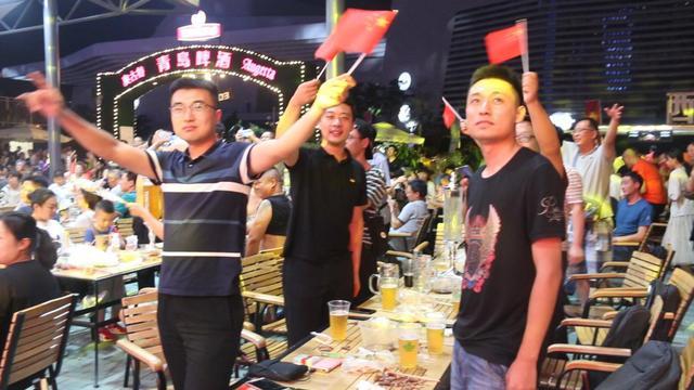 青岛啤酒节崂山会场传递感动 万人齐唱《我和我的祖国》