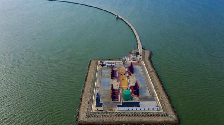 """航拍海油陆采平台样板 """"胜利长龙""""蜿蜒渤海湾畔"""