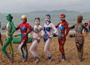脸基尼升级款亮相青岛海滨浴场 吸引游客围观