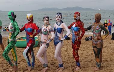 臉基尼升級款亮相青島海濱浴場 吸引游客圍觀