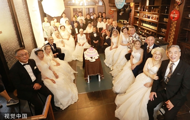 青岛23对金婚夫妇拍婚纱照 年龄最大93岁