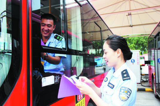 临淄交警走进公交公司上交通安全课