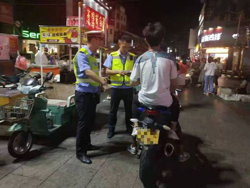 """淄博交警夜查""""飙车党""""查获改型摩托车9辆"""