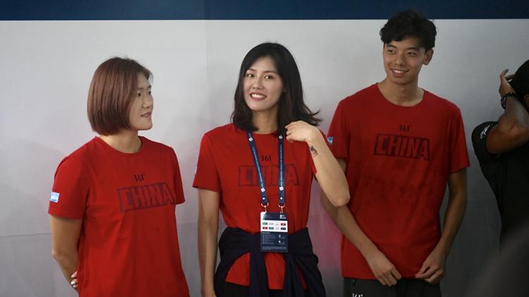 叶诗文领衔出席书法公益活动 泳坛美女刘湘莞尔一笑