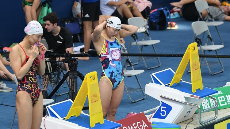 游泳世界杯济南站开启 傅园慧泳池内外表情丰富