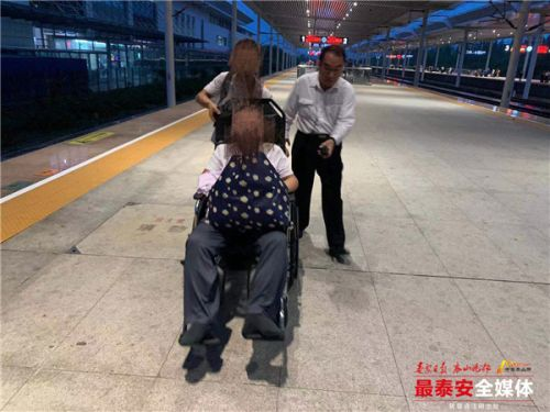 旅客做完手术返程 高铁泰安站协助出站