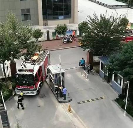 泰安城中城小区业主家失火,消防车被卡门口延误救援