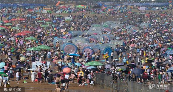 夏季高温暴晒模式持续 游客青岛海滨