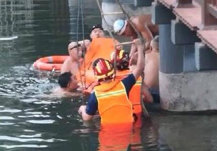 济南一六旬老人历阳湖游泳突发疾病,消防联合110紧急救援