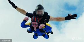 归来仍是少年 94岁老奶奶4500米高空玩跳伞