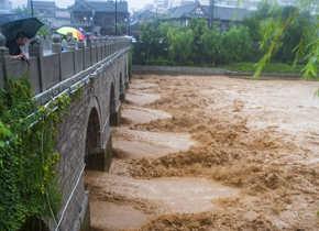 """受台风""""利奇马"""" 影响 山东多地持续强降雨"""
