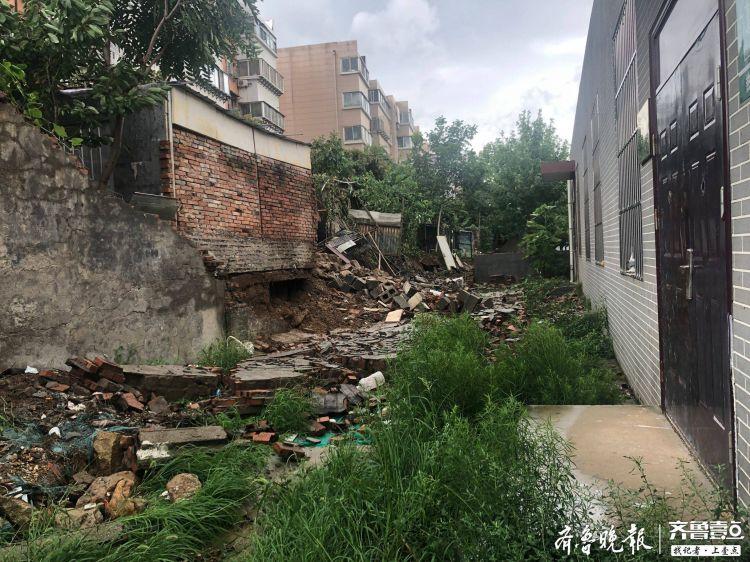 泰安:暴风骤雨使两小区间的墙体倒塌,所幸无人员伤亡