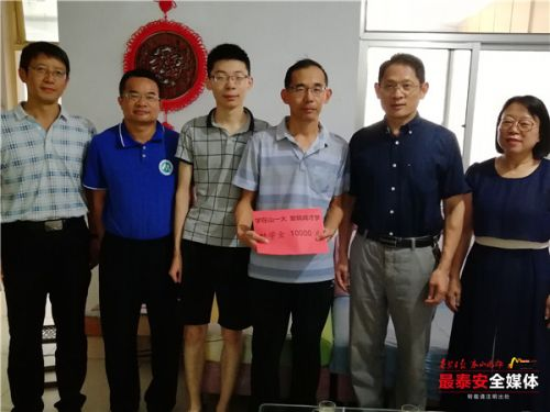 """山东第一医科大学资助""""老赵""""家三胞胎"""