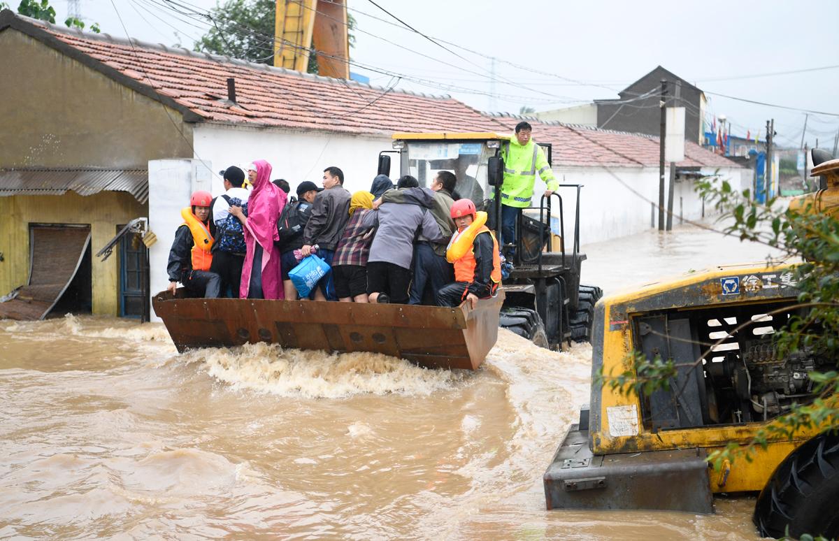 济南章丘皋西村被淹上千村民被困 铲车皮划艇救人