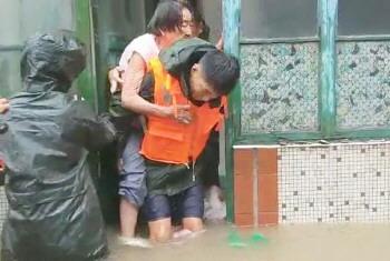 围墙倒塌水倒灌 淄博消防6小时背出50人