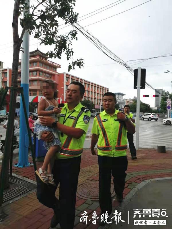 泰安:4岁小女孩独自站在路口哭泣,交警帮其找到家人