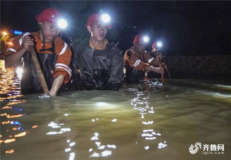 图2为8月12日20时,山东能源淄矿救护大队在青州市谭坊镇的铁路涵洞积水处进行水泵安设作业。_副本.jpg
