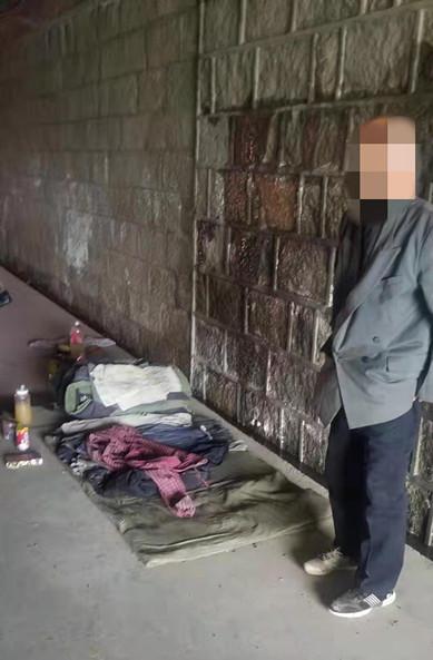 流浪汉大雨中被困,泰安民警将其送至救助站