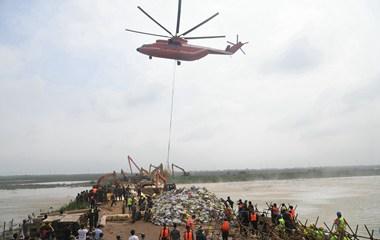 3分鐘運抵決堤口!直升機災區全力運送封堵砂石