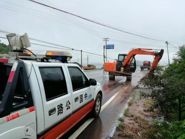 费县公路局抗击台风抢险保畅纪实:风雨中的坚守