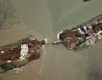 32秒丨多台重型机械合力作业!航拍寿光弥河堤坝修复实况