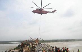 直升机运送封堵砂石