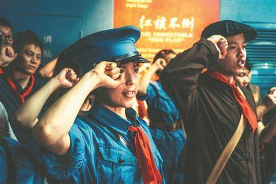 观众演员融为一体 共同演活红色话剧