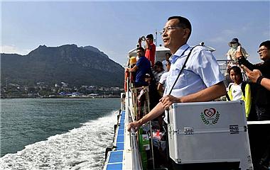 """往返只能靠坐船!探访守护海岛的""""鲁滨逊医生"""""""