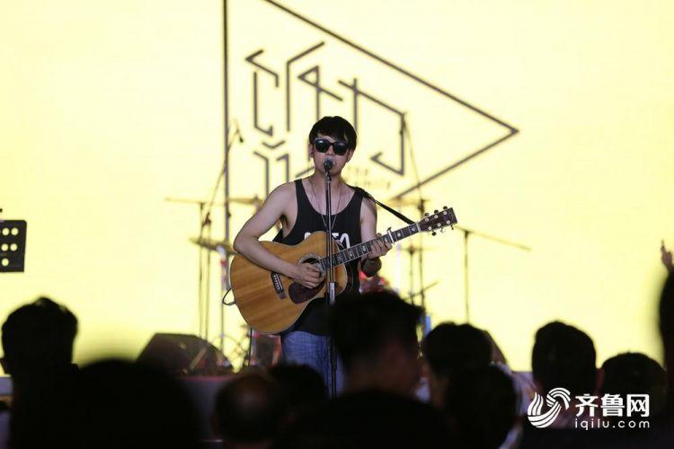8月17日,一乐队在即墨古城内演出。(张进刚  摄)电话  13854260100.JPG