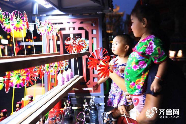 8月17日,两名小朋友在挑选小风车。(张进刚  摄)电话  13854260100.JPG