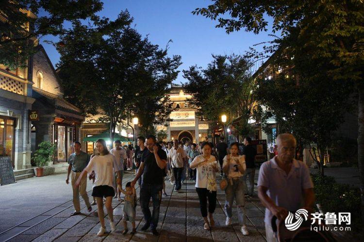 8月17日,华灯初上,附近市民纷纷来到古城休闲纳凉。(张进刚  摄4)电话  13854260100.JPG