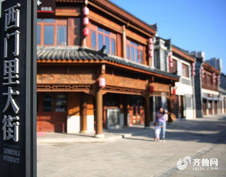 8月18日,一市民带着孩子在古城内游玩。(张进刚  摄)电话  13854260100.JPG