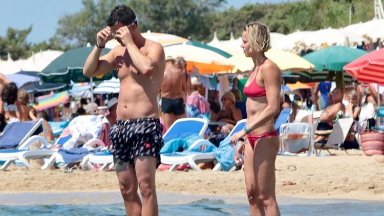 游泳名将佩莱格里尼与男友海边度假 身线完美无愧运动员