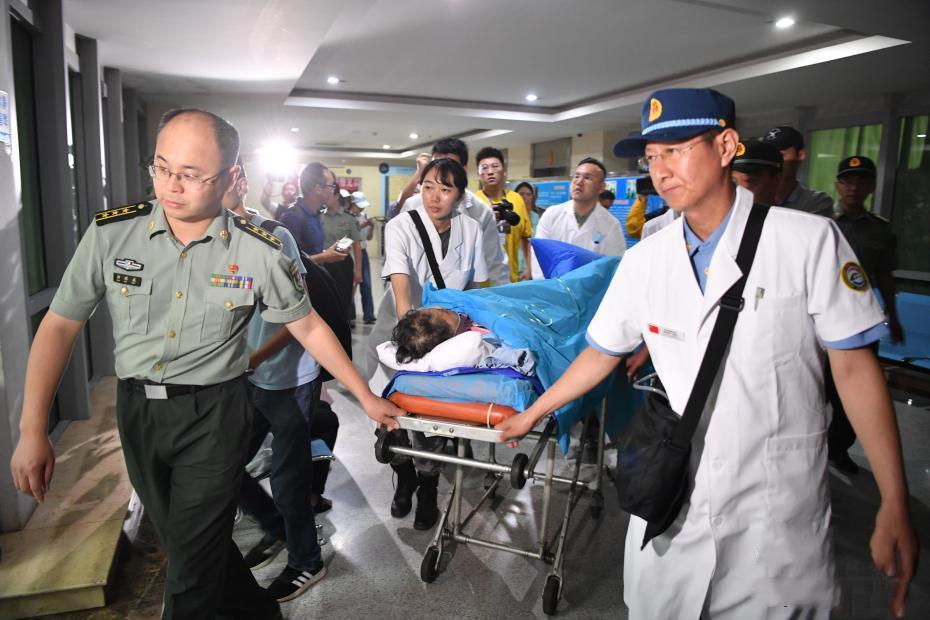 首批老挝车祸受伤中国游客回国 正接受治疗
