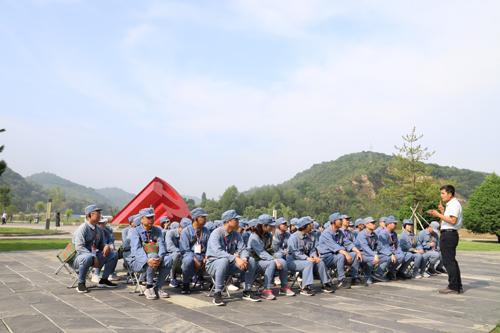 淄川区党校系统业务骨干培训班学员在延安接受红色传统文化教育。