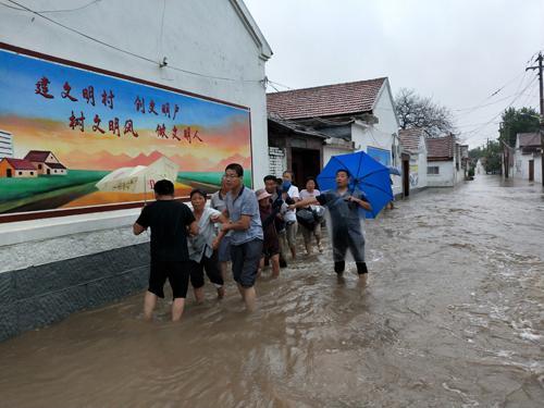 淄川区寨里镇西周村党支部书记马洪强带领党员突击队转移受困群众。