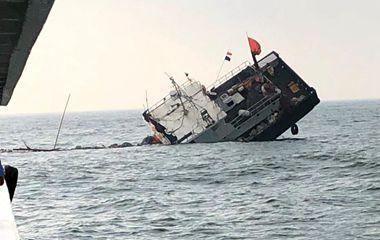 现场!浙江东极一渔船撞岛沉没13名船员获救