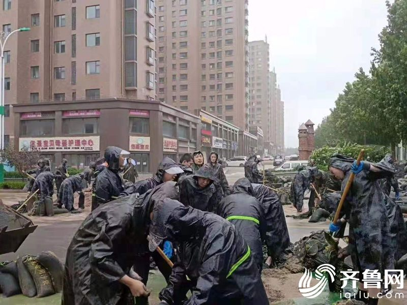 8月10日,青州泰华城潍坊银行自助银行附近积水严重,青州管辖行员工迅速赶赴现场,与青州泰华城员工一起冒雨铺设沙袋开展防护工作。