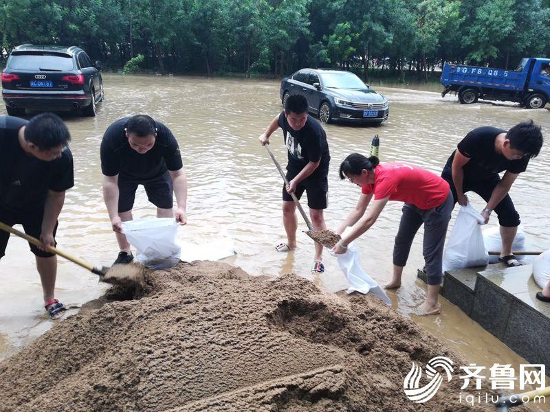 8月11日,弥河水位暴涨,寿光管辖行面临洪水威胁,员工紧急动员垒砌沙袋保护网点2