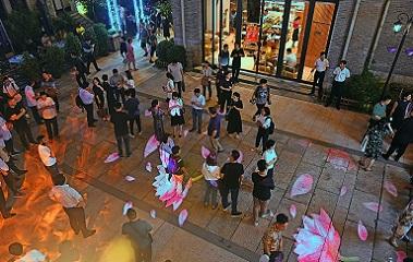 济南商业街上演灯光秀 点亮市民夜生活